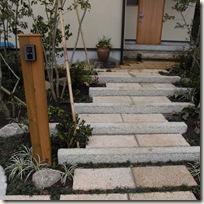 石敷き階段とアイストップの花台(花鉢)