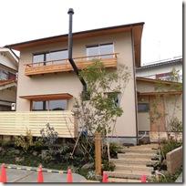 新築の家と雑木の庭のアプローチ、薪ストーブ