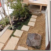 ウッドデッキと飛石、植栽、花台